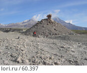 Купить «Груда камней на фоне вулкана», фото № 60397, снято 11 июня 2007 г. (c) Maxim Kamchatka / Фотобанк Лори