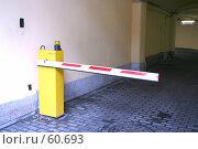 Купить «Шлагбаум при въезде во двор», фото № 60693, снято 11 июля 2007 г. (c) Ханыкова Людмила / Фотобанк Лори