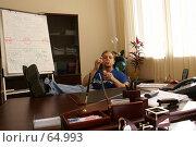 Купить «Молодой мужчина пускает мыльные пузыри в офисе, положив ноги на стол», фото № 64993, снято 22 июля 2007 г. (c) Julia Nelson / Фотобанк Лори