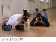 Купить «Фотографы лежат на полу, увлеченные процессом съемки», фото № 65181, снято 22 июля 2007 г. (c) Julia Nelson / Фотобанк Лори