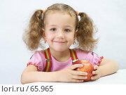 Купить «Портрет хорошенькой девочки с яблоком в руках», фото № 65965, снято 28 июля 2007 г. (c) Ольга Красавина / Фотобанк Лори
