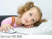 Купить «Портрет мечтающей симпатичной девочки перед клавиатурой, на светлом фоне», фото № 65969, снято 28 июля 2007 г. (c) Ольга Красавина / Фотобанк Лори