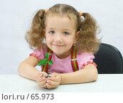 Купить «Портрет милой девочки с маленьким зеленым растением в ладонях», фото № 65973, снято 28 июля 2007 г. (c) Ольга Красавина / Фотобанк Лори