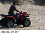 Купить «Человек на квадроцикле мчится по песку», фото № 69457, снято 15 апреля 2007 г. (c) Дмитрий Доможиров / Фотобанк Лори