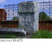 Купить «Старый могильный камень священника во дворе Рождественской церкви, село Искор, Пермский край, Россия», фото № 69673, снято 26 мая 2003 г. (c) Harry / Фотобанк Лори