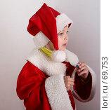 Купить «Малыш в костюме Санта-Клауса держит в руке стеклянный цветной шарик», фото № 69753, снято 4 июня 2007 г. (c) Harry / Фотобанк Лори