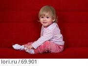 Купить «Маленькая девочка сидит на диване, радостно глядя в объектив», фото № 69901, снято 2 июля 2007 г. (c) Harry / Фотобанк Лори