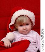 Купить «Маленькая девочка в шапочке Санта-Клауса и с мешочком подарков», фото № 69909, снято 2 июля 2007 г. (c) Harry / Фотобанк Лори