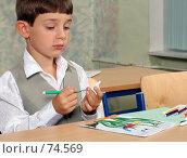 Купить «Школьник на уроке рисования с фломастерами», фото № 74569, снято 19 августа 2007 г. (c) Татьяна Белова / Фотобанк Лори