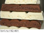 Купить «Белый и чёрный пористый шоколад», фото № 82461, снято 5 сентября 2007 г. (c) Юлия Смольская / Фотобанк Лори