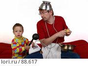 Купить «Отец и сын вместе занимаются домашним хозяйством», фото № 88617, снято 4 июня 2007 г. (c) Harry / Фотобанк Лори