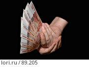 Купить «Деньги, купюры номиналом пять тысяч рублей в руках на черном фоне», эксклюзивное фото № 89205, снято 27 сентября 2007 г. (c) Знаменский Олег / Фотобанк Лори