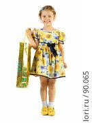 Купить «Маленькая девочка с подарочным пакетом», фото № 90065, снято 16 июля 2007 г. (c) Вадим Пономаренко / Фотобанк Лори