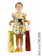 Купить «Маленькая девочка с подарочными пакетами», фото № 90069, снято 16 июля 2007 г. (c) Вадим Пономаренко / Фотобанк Лори