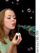Купить «Девушка пускает мыльные пузыри», фото № 90709, снято 18 сентября 2007 г. (c) Валерия Потапова / Фотобанк Лори