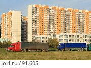 Купить «Разноцветные грузовики. Москва-Митино.», фото № 91605, снято 2 октября 2007 г. (c) Игорь Веснинов / Фотобанк Лори