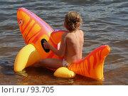 Купить «Ребенок сидит в воде на надувной игрушке», фото № 93705, снято 24 июня 2007 г. (c) Елена Мельникова / Фотобанк Лори