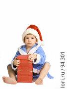 Купить «Маленький мальчик с большим новогодним подарком», фото № 94301, снято 7 октября 2007 г. (c) Юлия Кузнецова / Фотобанк Лори