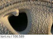Купить «Фрагмент заснеженного автомобильного колеса под закатным солнцем короткого зимнего дня», фото № 100589, снято 22 января 2005 г. (c) Harry / Фотобанк Лори