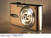 Золотистый фотоаппарат в полуоборот. Редакционное фото, фотограф Поляков Денис / Фотобанк Лори