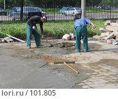 Купить «Рабочие месят раствор лопатами», фото № 101805, снято 24 июня 2004 г. (c) Антон Алябьев / Фотобанк Лори