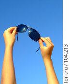 Купить «Руки девушка держащие солнцезащитные очки на фоне синего неба», фото № 104213, снято 11 декабря 2018 г. (c) Сергей Сухоруков / Фотобанк Лори