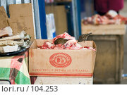 Купить «Каждый воробей в душе - ястреб (Воробьи клюют мясо на рынке)», фото № 104253, снято 14 декабря 2019 г. (c) Александр Чураков / Фотобанк Лори