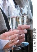 Купить «Новобрачные держат бокалы с шампанским в руках, крупный план на руки», фото № 105289, снято 16 октября 2018 г. (c) Ольга Хорькова / Фотобанк Лори