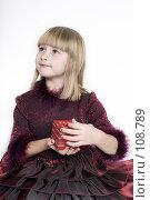 Купить «Девочка с подарком», фото № 108789, снято 3 ноября 2007 г. (c) Лисовская Наталья / Фотобанк Лори