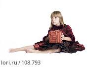 Купить «Девочка с подарком», фото № 108793, снято 3 ноября 2007 г. (c) Лисовская Наталья / Фотобанк Лори