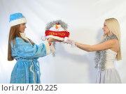 Купить «Снегурочка и Снежинка с подарком», фото № 120225, снято 11 ноября 2007 г. (c) Евгений Батраков / Фотобанк Лори