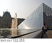 Париж. Лувр. Пирамида. Фрагмент. (2007 год). Редакционное фото, фотограф Виктор Тараканов / Фотобанк Лори