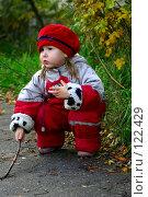 Купить «Трехлетняя девочка в комбинезоне осенью», фото № 122429, снято 25 октября 2006 г. (c) Ольга Сапегина / Фотобанк Лори
