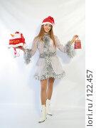 Купить «Девушка с новогодними подарками», фото № 122457, снято 11 ноября 2007 г. (c) Евгений Батраков / Фотобанк Лори