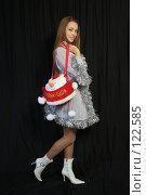 Купить «Девушка с новогодним подарком на черном фоне», фото № 122585, снято 11 ноября 2007 г. (c) Евгений Батраков / Фотобанк Лори
