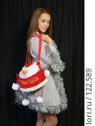Купить «Девушка с новогодним подарком», фото № 122589, снято 11 ноября 2007 г. (c) Евгений Батраков / Фотобанк Лори