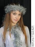 Купить «Девушка с новогодней мишурой», фото № 122621, снято 11 ноября 2007 г. (c) Евгений Батраков / Фотобанк Лори