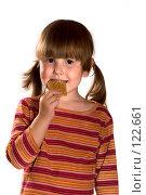 Купить «Маленькая девочка ест печенье», фото № 122661, снято 14 сентября 2007 г. (c) Ольга Сапегина / Фотобанк Лори
