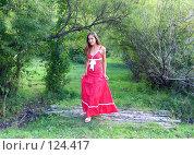 Девушка в длинной юбке, идущая по лесу. Стоковое фото, фотограф A.Козырева / Фотобанк Лори