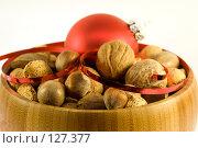Купить «Орехи с елочным шариком», фото № 127377, снято 9 ноября 2007 г. (c) Наталья Герасимова / Фотобанк Лори