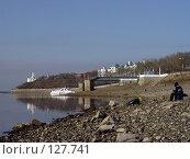 Купить «Рыбак на фоне набережной города Хабаровск», фото № 127741, снято 17 ноября 2018 г. (c) Николаенко Алексей / Фотобанк Лори
