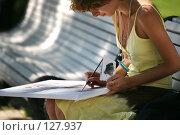 Рисующая девушка. Стоковое фото, фотограф Морозова Татьяна / Фотобанк Лори