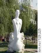 Купить «Памятник уйгурской девушке. Урумчи», фото № 129225, снято 14 декабря 2017 г. (c) Вера Тропынина / Фотобанк Лори