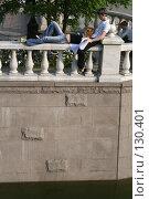 Купить «Обнимающаяся парочка.  Манежная площадь. Москва», эксклюзивное фото № 130401, снято 22 мая 2005 г. (c) Ирина Мойсеева / Фотобанк Лори