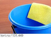 Купить «Синее пластмассовое ведро и салфетка для уборки», фото № 131449, снято 28 ноября 2007 г. (c) Александр Паррус / Фотобанк Лори