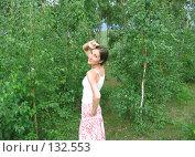 Купить «Девушка на фоне зеленых деревьев», фото № 132553, снято 5 августа 2007 г. (c) A.Козырева / Фотобанк Лори