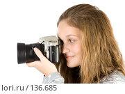 Купить «Девушка с фотоаппаратом», фото № 136685, снято 5 ноября 2007 г. (c) Вадим Пономаренко / Фотобанк Лори
