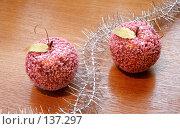 Купить «Новогодние украшения, мишура и разноцветные игрушки», фото № 137297, снято 4 декабря 2007 г. (c) Parmenov Pavel / Фотобанк Лори
