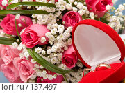 Купить «Обручальные кольца в красной коробке на фоне букета из роз», фото № 137497, снято 12 августа 2007 г. (c) Владимир Сурков / Фотобанк Лори