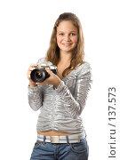 Купить «Девушка с фотоаппаратом», фото № 137573, снято 5 ноября 2007 г. (c) Вадим Пономаренко / Фотобанк Лори